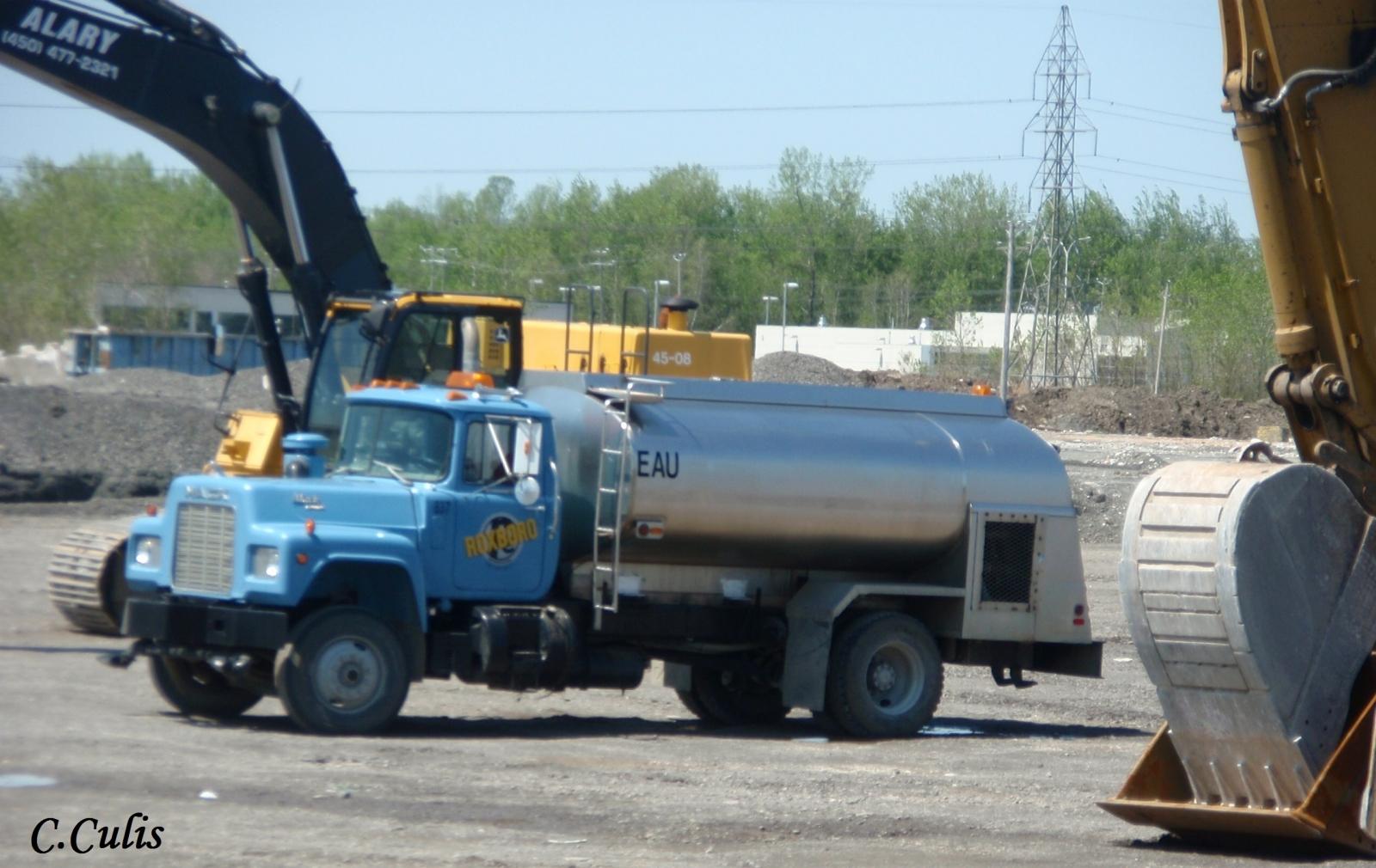 Mack R Roxboro water truck/arroseuse
