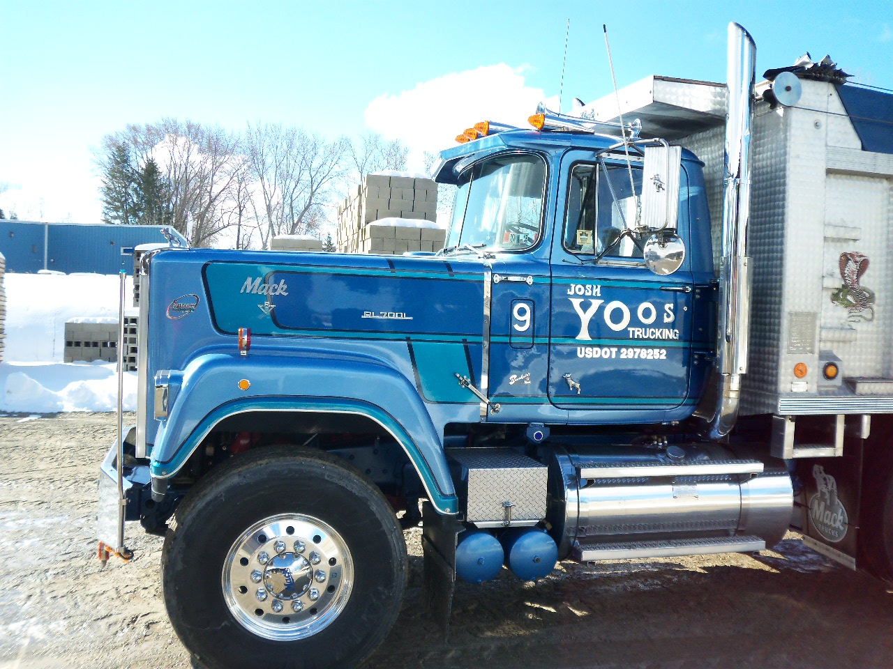 Looking for an old mack dealer emblem antique and - Bac a semis ...